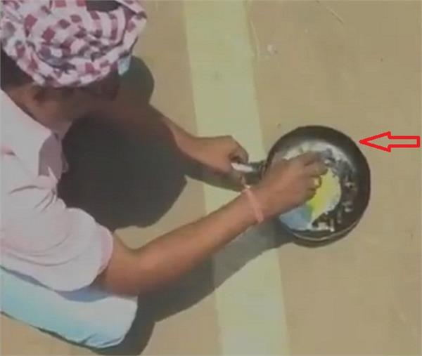 man cooks an egg on the road in titalgarh  odisha