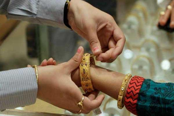 gold slips to rs 100  silver shines rs 50