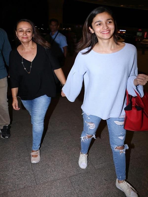 एयरपोर्ट पर अपनी मां के साथ नजर आई आलिया भट्ट