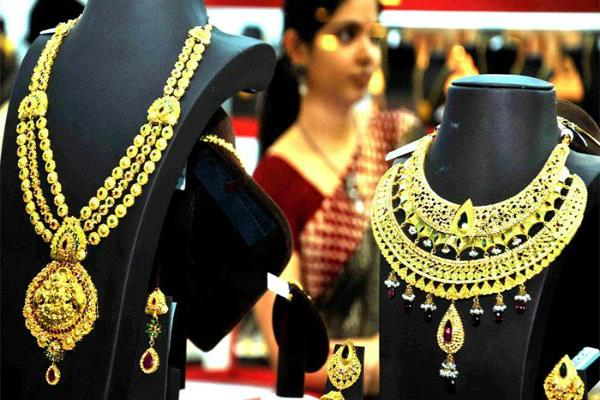 gold regains sheen on global cues  jewellers   buying
