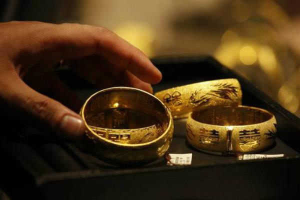 gold remains up on global cues  jewellers   buying