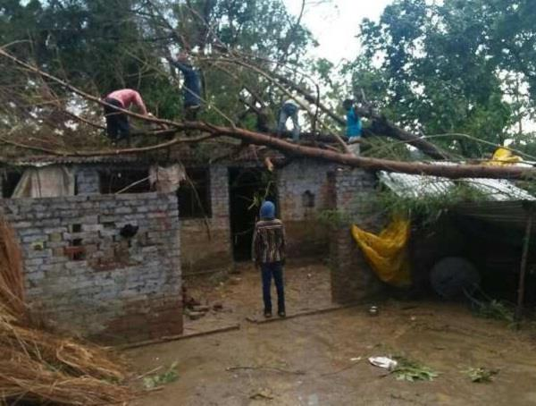hardoi hurricane storm hits 5 including 2 innocents dead
