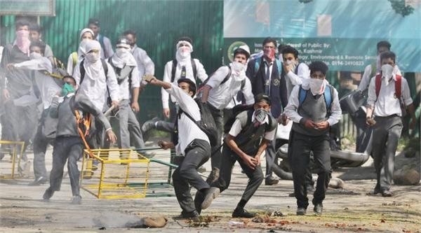 clashes between security forces and students in kashmir