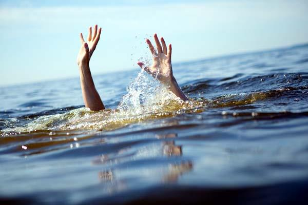 child drowning in yamuna angry family members kept jam