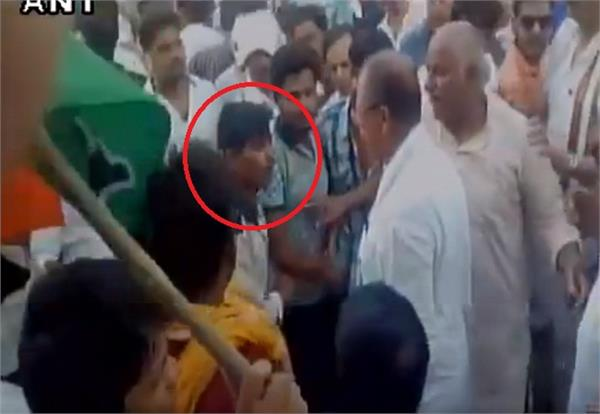 congress leader ajay singh slaps worker during protest