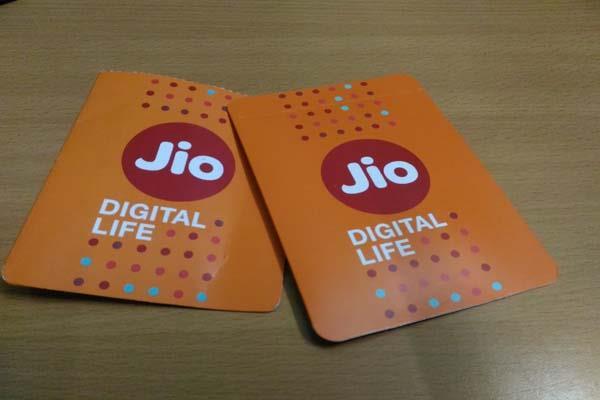 airtel accuses jio of predatory pricing  big 3 telcos meet img