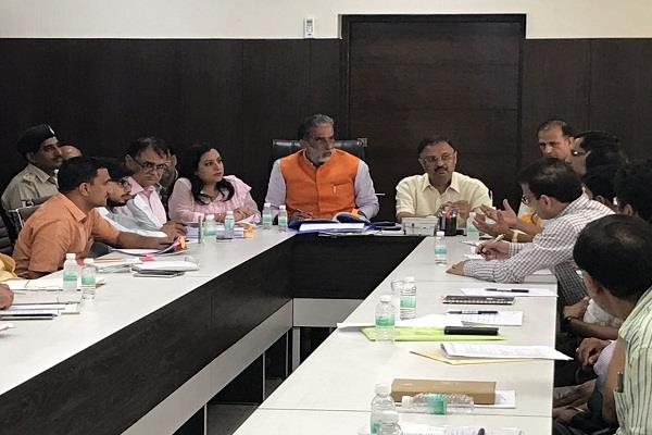 minister of state kp gurjar took a meeting of district officers