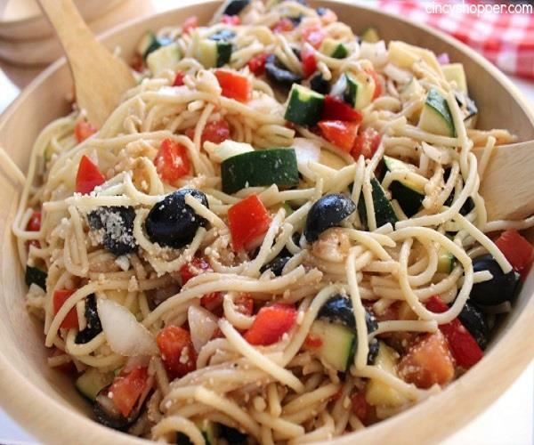 अलग तरह के टेस्ट का मजा लेना है तो बनाएं California Spaghetti Salad