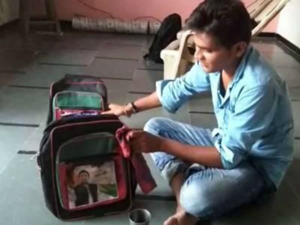 gujrat government gave akhilesh photo bags to students