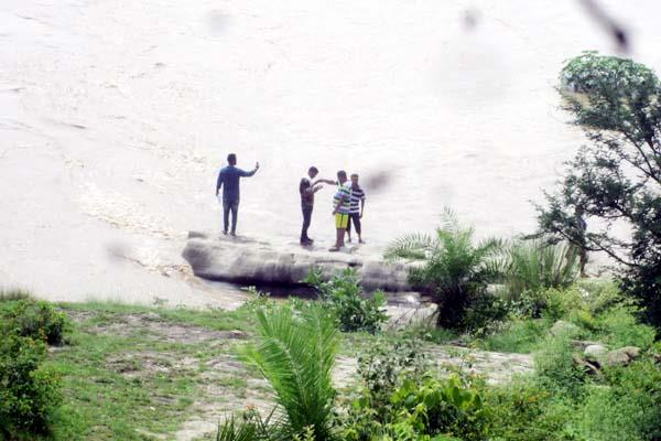 tractor float in beas during mining  driver and laborers saved by swimming