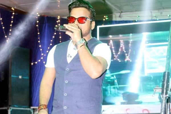 audience mesmerized on shahid mallya s songs on last evening of minjar fair