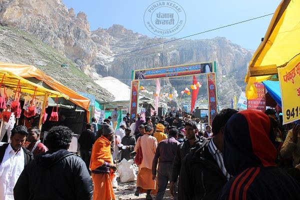 amarnath yatra 2 02 705 devotees visited baba barfani cave till now