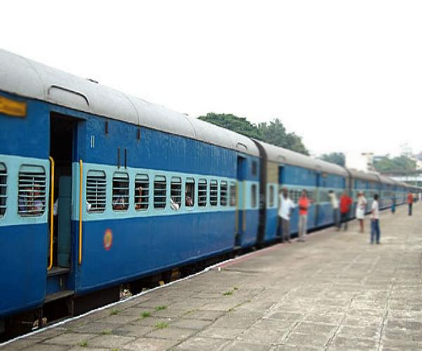 looted jewelery mobile and cash from 7 women in passenger train