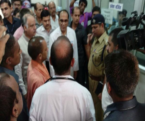 yogi visited trauma center  gave help to families of the dead rs 2 lakh each