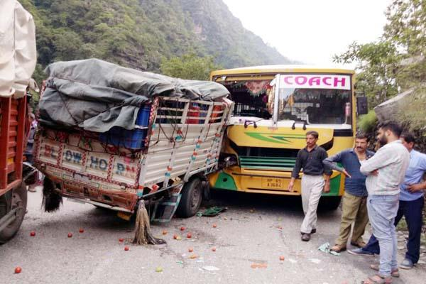 incident on manali chandigarh nh collision in the bus jeep 8 injured