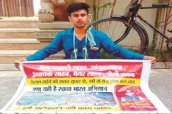 sushil tiwari sitting on dharna outside navjot sidhus house