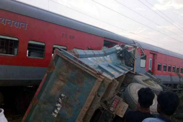 kaifiyat express train collision with dumper