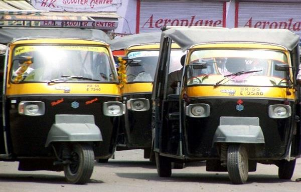 auto rickshaws run through the lane despite the ban