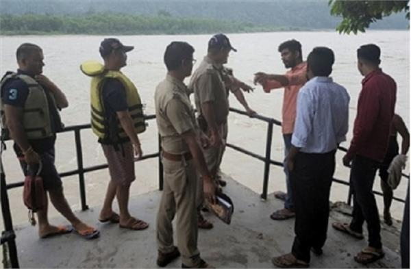 lady jump in ganga  leapt missing