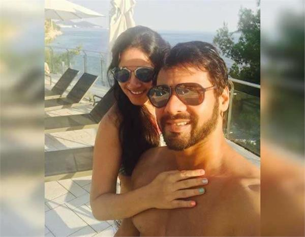 shabbir ahluwalia with wife injoying vacation