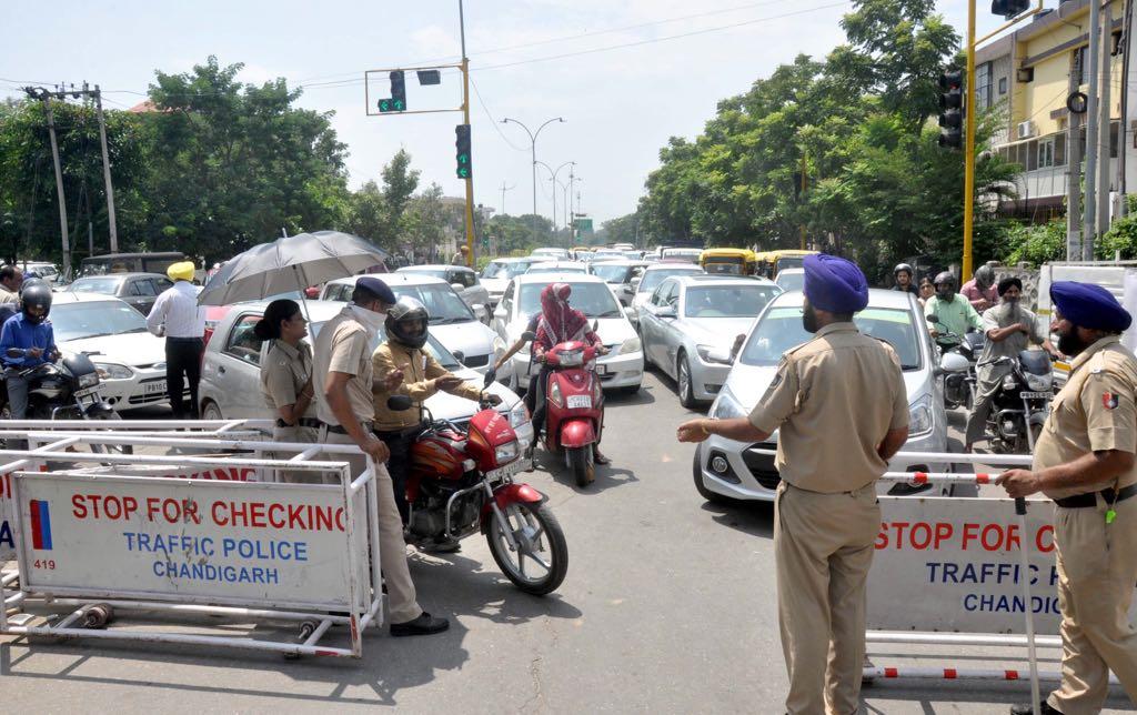 मोहाली में चंडीगढ़ पुलिस का नाका से छिड़ा विवाद - chandigarh police naka in mohali