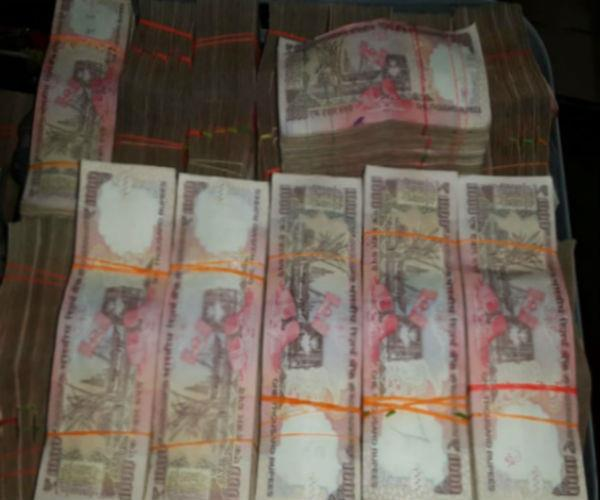 up police  s big success  3 arrested with old notes of 1 crore