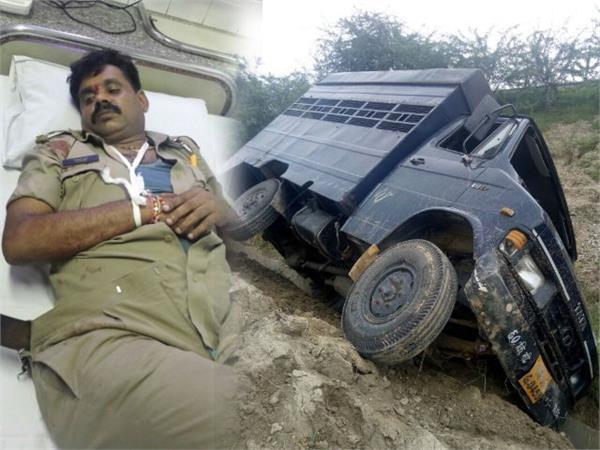 reflecting vehicle carrying prisoners 2 policemen injured