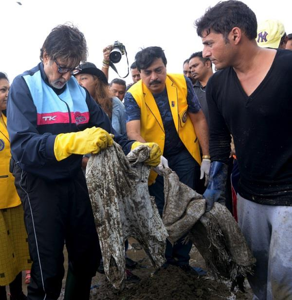 amitabh cleaned up versova beach