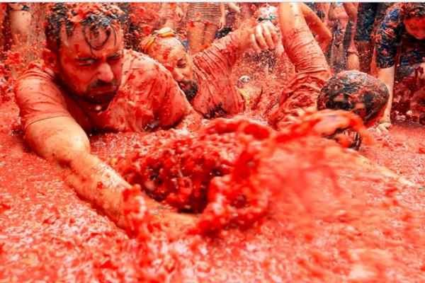 la tomatina at spain where 20000 revellers fights with tomato