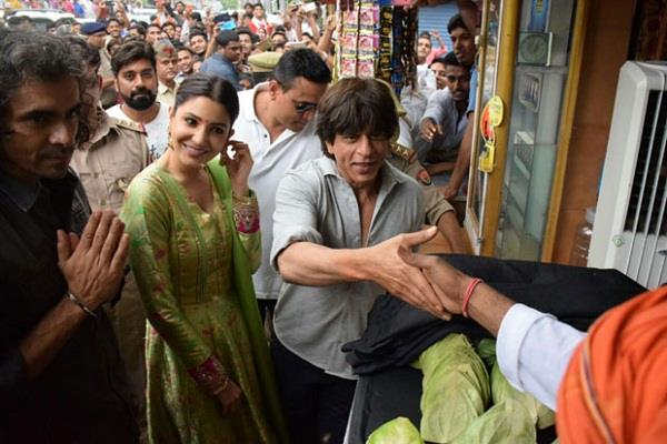 varanasi police sent notice to organizers of shah rukh s film promotion