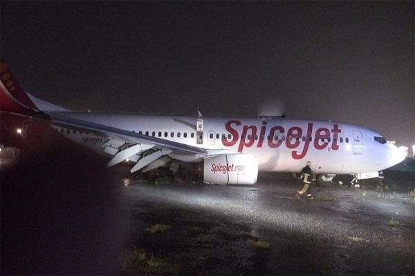 spicejet plane slips due to mud on runway of mumbai airport