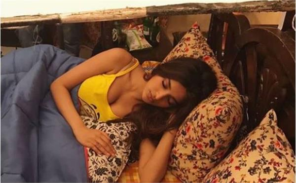 actress niddhi agerwal trolled for showing cleavage