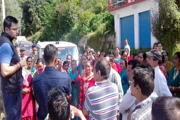 women power strike out of liquor shop  protest for 3 hours
