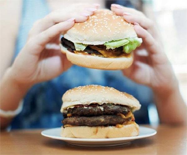 सोने से पहले भूलकर भी न खाएं ये चीजें, बढ़ जाएगा वजन