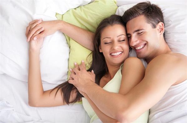 शादीशुदा कपल्स साेने से पहले बेड पर ये 10 चीज़े करना न भूलें!