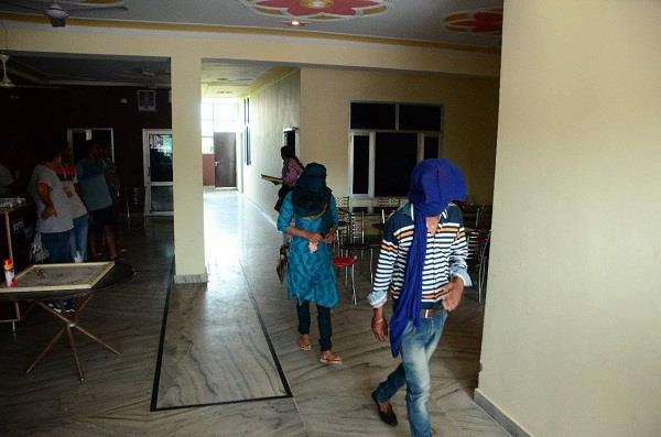 three couples were detained from a hotel in una