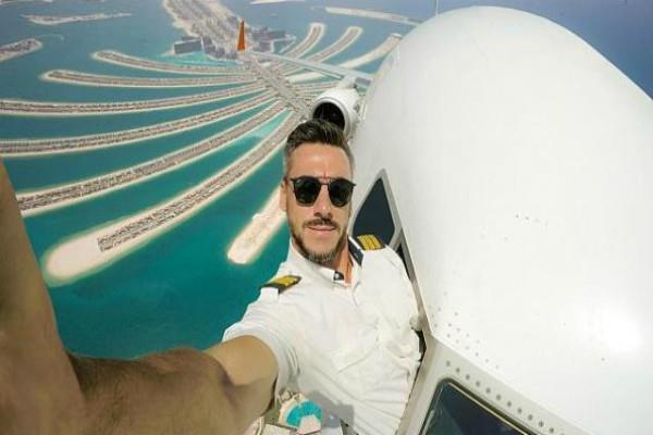 what is the truth behind viral image of this pilot taking selfie out of his