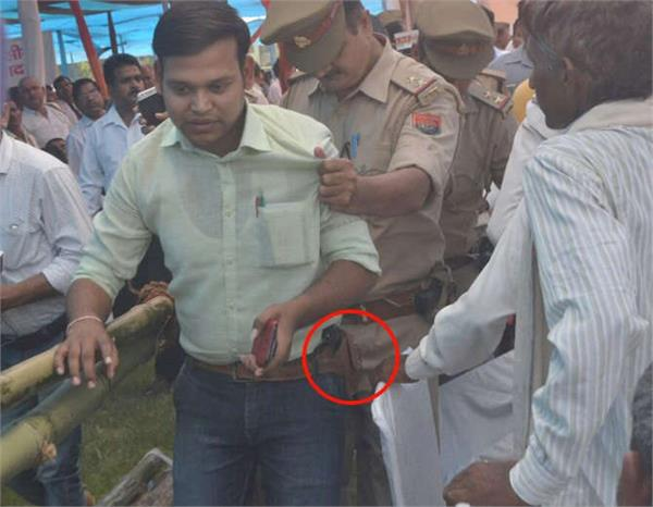 security of deputy cm youth with guns in front of dinesh sharma