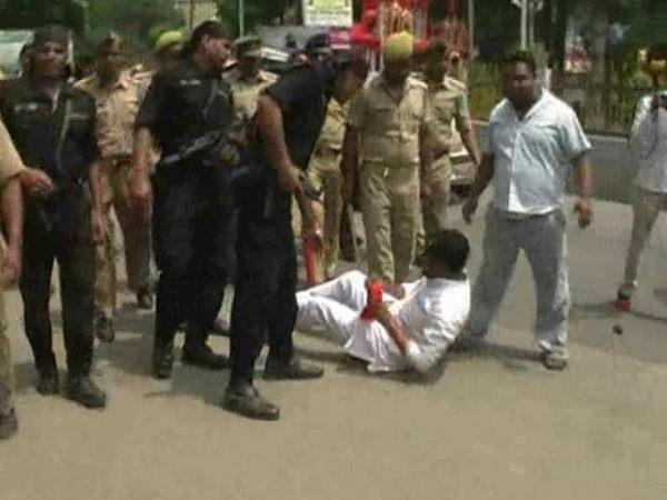 sp workers protest stopped by cm yogi police lathicharged