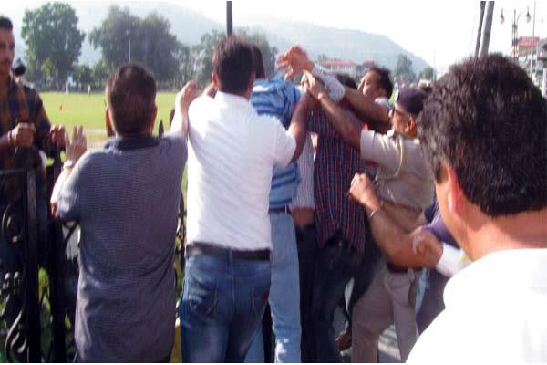 mahasangram in chamba before reaching shinde  fight between congress activist