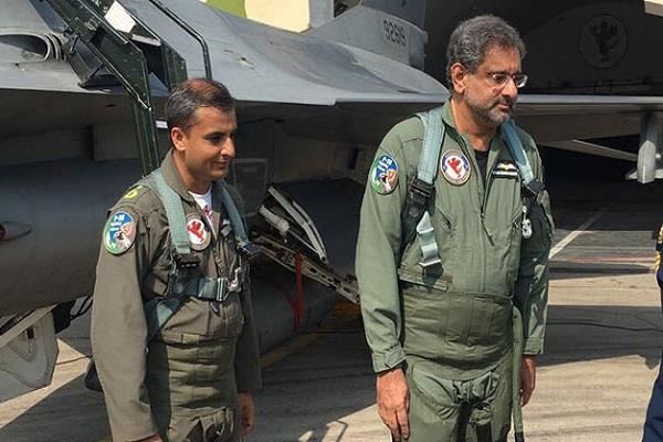 abbasi became the first pakistani prime minister to fly f 16 fighter aircraft