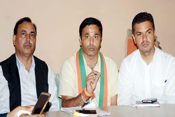 bjym state president targeted  said mentally inept cm virbhadra