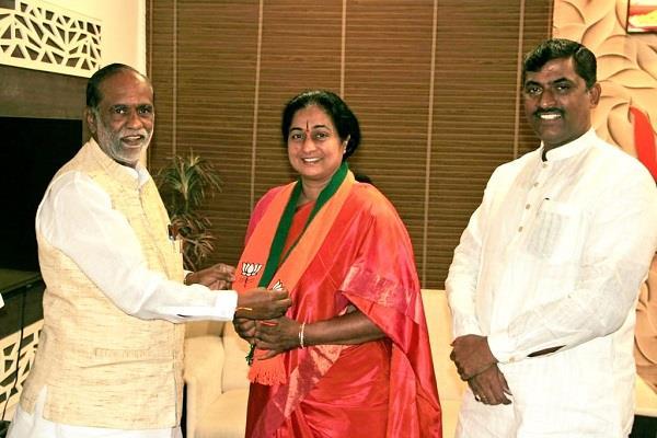 wife of senior congress leader in telangana joins bjp