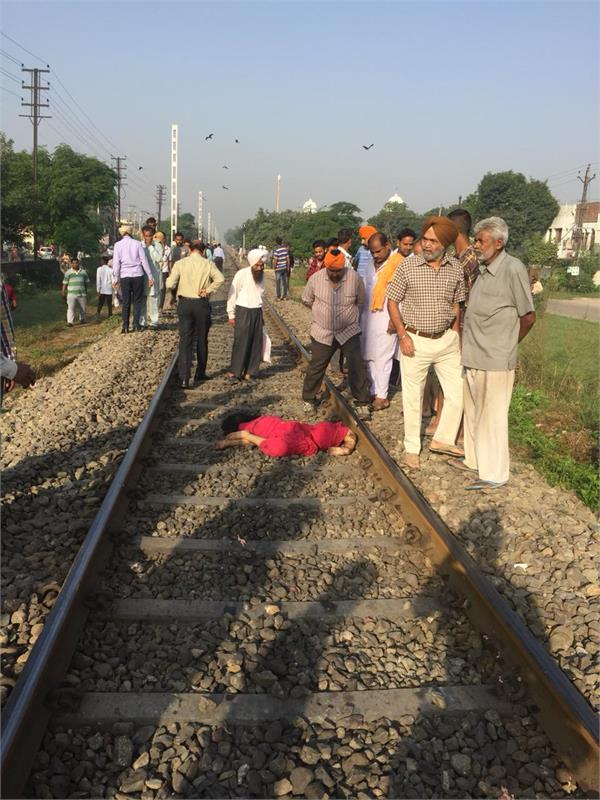 lovers jumped ahead of the train and died in seconds