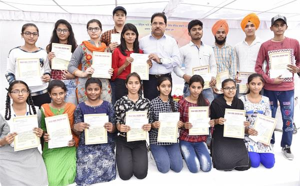 18 meritorious students receive cash prize in punjab
