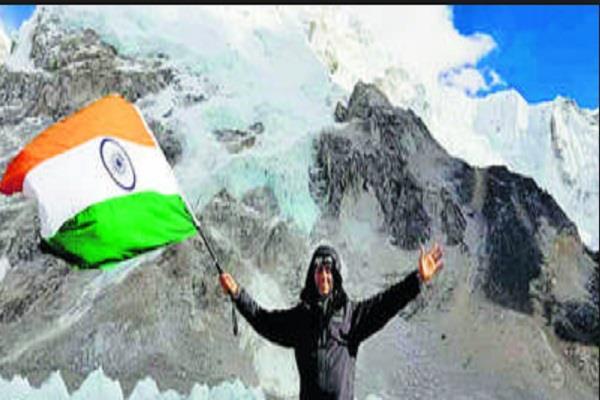 engineer jindal hoisted tricolor on the base camp of mount everest