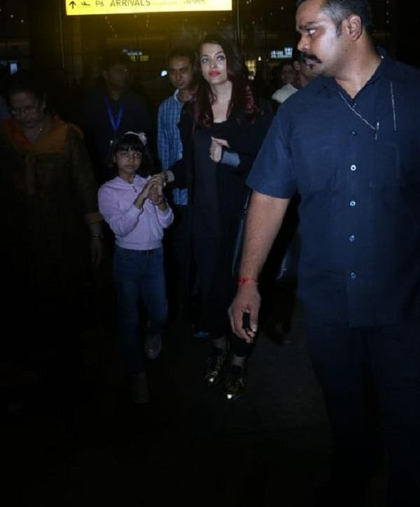 aishwarya and aaradhya spotted at airport