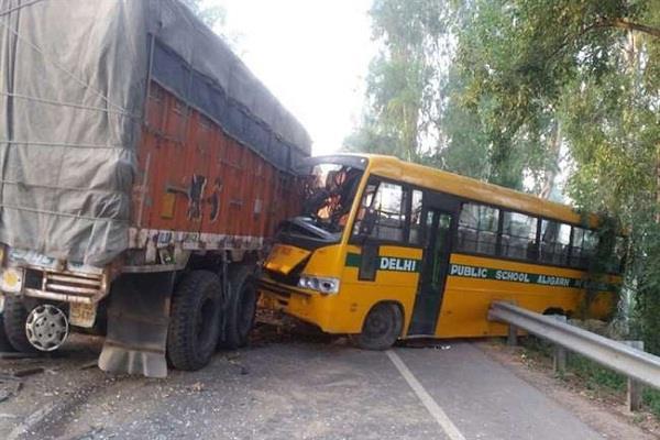 truck hits school bus in hathras