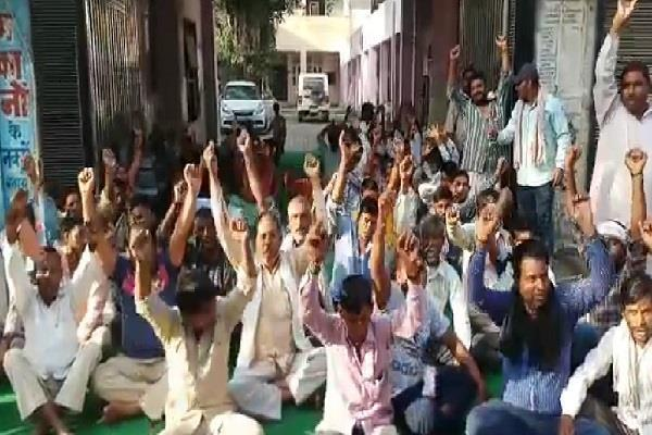 cleaner on strike for fourth day on demand of bjp councilor