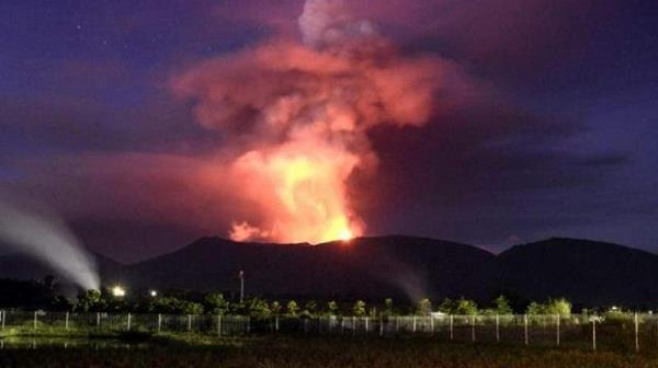 volcano erupts on tsunami hit island in indonesia video
